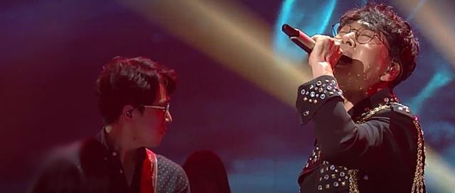 조항조는 지난 4일 방영된 KBS2 예능프로그램 불후의 명곡에서 윤시내의 열애를 록 버전으로 편곡해 불러 MC 및 후배 가수들로부터 찬사를 받았다. /KBS 불후의 명곡 캡쳐
