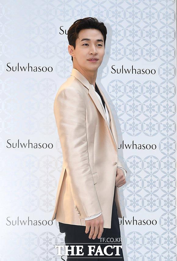 가수 헨리가 15일 오후 서울 강남구 조앤조 빌딩에서 열린 '설화수 유니버스 팝업스토어'오픈행사에 참석해 포즈를 취하고 있다. /이동률 기자