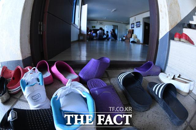 열두 집이 산다 마을 회관에서 지내고 있는 이재민 할머니는 회관에 농사짓는 12가구가 살고 있고 나머지 이재민 가구들은 서울시 연수원 등 다른 곳에서 지내고 있다고 전했다.