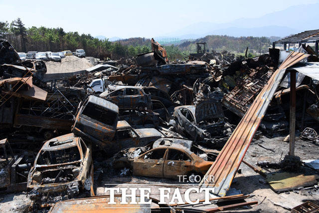 화마가 쓸고 간 폐차장 속초시 장사동 진성폐차장에 화마가 휩쓸고 간 차량들이 산적해 있다.