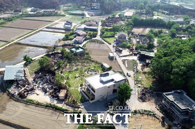 불탄 마을 고성군 원암리 마을 곳곳에 화마로 전손된 집들이 보이고 있다.