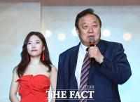 [TF포토] 엄소영 데뷔를 축하해주는 정대철 전 민주당 대표