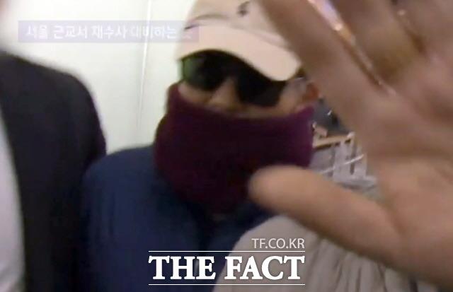 별장 성접대 의혹을 받고 있는 김학의 전 법무부 차관이 지난 22일 밤 인천공항에서 태국으로 출국을 시도하다 법무부 출입국심사대 심사 과정에서 출국을 제지당했다.(사진=JTBC 영상 캡쳐)/뉴시스