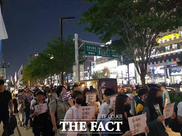 강남역 여성살해사건 3주기 추모제 참가자들이 행사장 맞은 편 강남역 10번 출구까지 침묵 행진을 하고 있다. /송주원 인턴기자