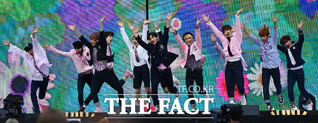 그룹 더보이즈가 18일 오후 서울 마포구 상암동 월드컵경기장에서 열린 제25회 2019 드림콘서트 에서 화려한 무대를 펼치고 있다. /이동률 기자