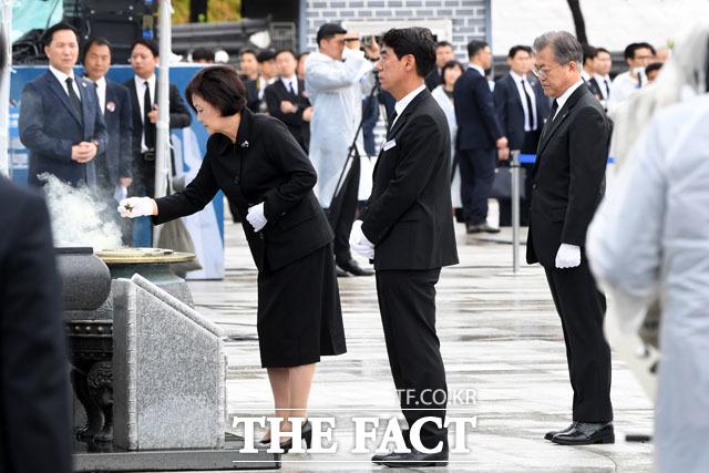 분향하는 김정숙 여사와 문재인 대통령