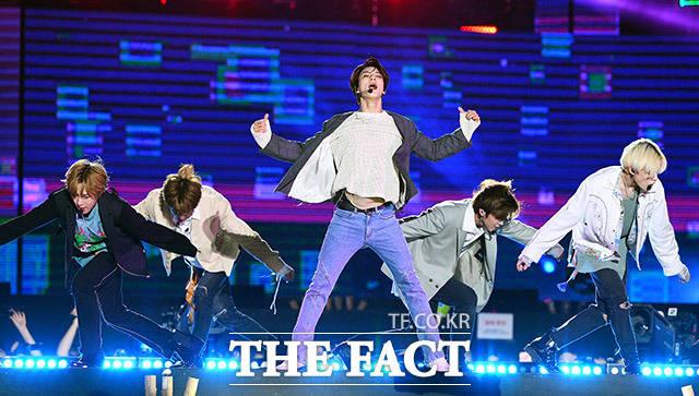 그룹 NCT DREAM이 18일 오후 서울 마포구 상암동 월드컵경기장에서 열린 제25회 2019 드림콘서트 에서 화려한 무대를 펼치고 있다. /이동률 기자