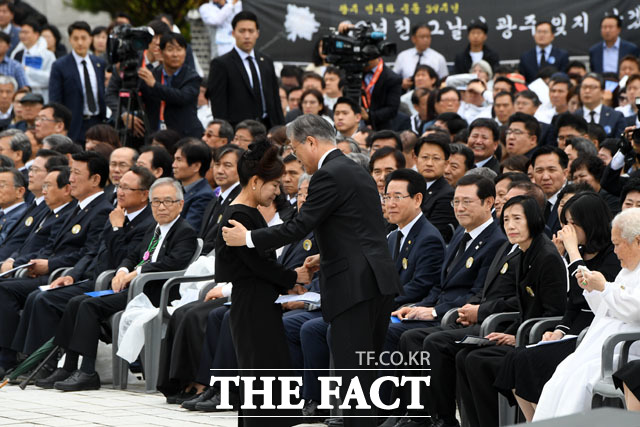 5·18 당시 가두 방송을 헀던 박영순 씨 위로하는 문 대통령