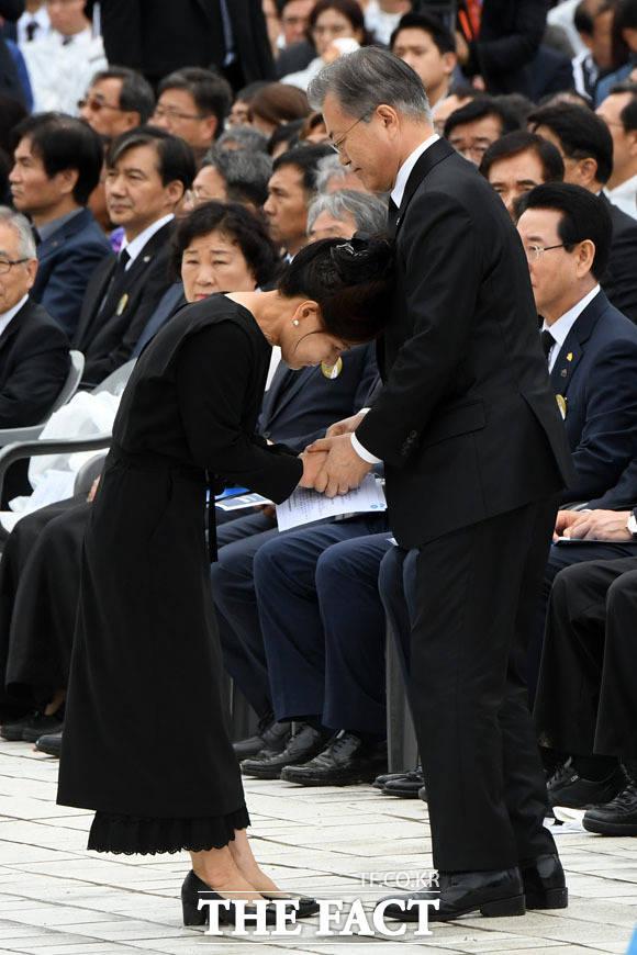 문재인 대통령(오른쪽)이 18일 오전 광주 북구 5·18 민주묘지에서 열린 제39주년 5·18민주화운동 기념식에 참석해 5·18 당시 가두 방송을 했던 박영순 씨를 위로하고 있다./광주=남윤호 기자