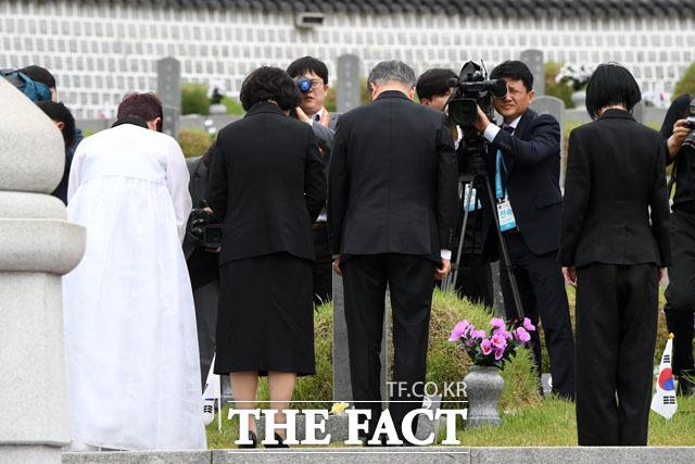 고 김완봉의 묘역을 참배하는 문재인 대통령