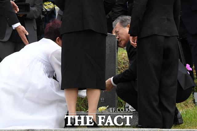 유가족과 슬픔 나누는 문재인 대통령