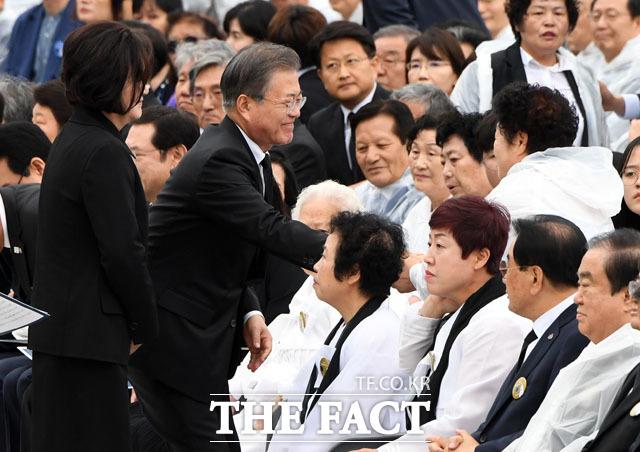 희생 유가족과 인사 나누는 문재인 대통령과 김정숙 여사. /남윤호 기자