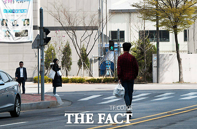 한손으로 역주행 지난달 11일 서울 마포구 상암동에서 한 직장인이 한손엔 음식을 들고 한손으로 전동 킥보드를 운전하며 차로를 역주행하고 있다.