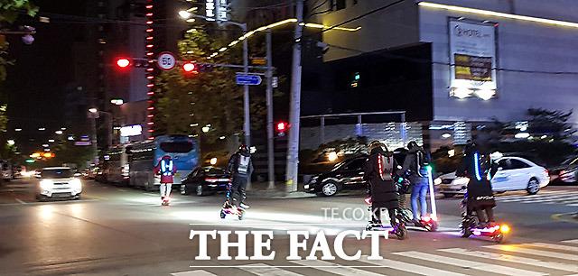 집단 신호위반 지난해 12월 경기도 안양역 부근 도로에서 전동 킥보드를 탄 한 남성들이 신호 위반을 하며 도로를 달리고 있다.