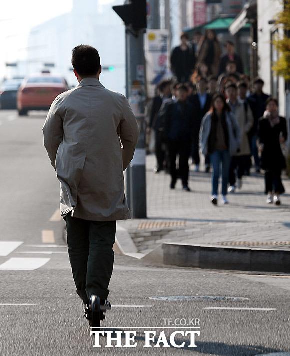 직장인 필수 이동수단? 최근 직장인들도 가까운 거리를 전동킥보드로 이동하는 모습이 자주 보인다. 12일 서울 마포구 상암동 디지털미디어시티역 부근.