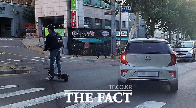 사고 직전 좌회전하는 차량과 직진하던 전동 킥보드가 부딪힐 뻔한 아찔한 상황. 다행히 사고로 이어지지는 않았다. 지난해 11월 서울 동작구 사당중학교 인근.
