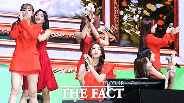 러블리즈가 원스 어폰 어 타임 쇼케이스에서 타임리프 춤을 추고 있다. /김세정 기자