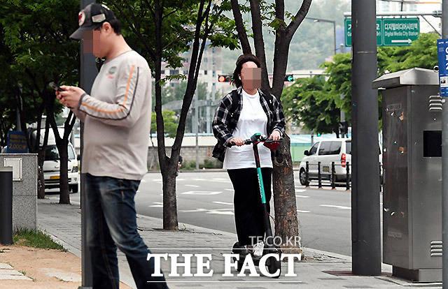 인도 운행은 불법 9일 서울 마포구 상암동 인도위에서 전동 킥보드를 운행하는 한 여성.