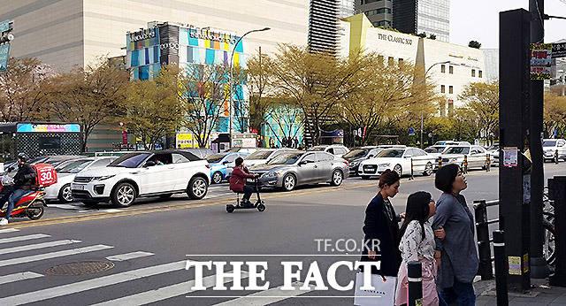 도로 가로지르기 지난달 14일 서울 건대입구역 사거리에서 한 여성이 도로를 가로지르며 전동 킥보드를 운전하고 있다.