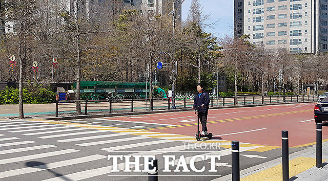 안전장비 없이 역주행 안전장비를 미착용한 한 남성이 지난달 7일 서울 광진구 자양동의 한 아파트 앞 도로에서 차로를 역주행하고 있다.