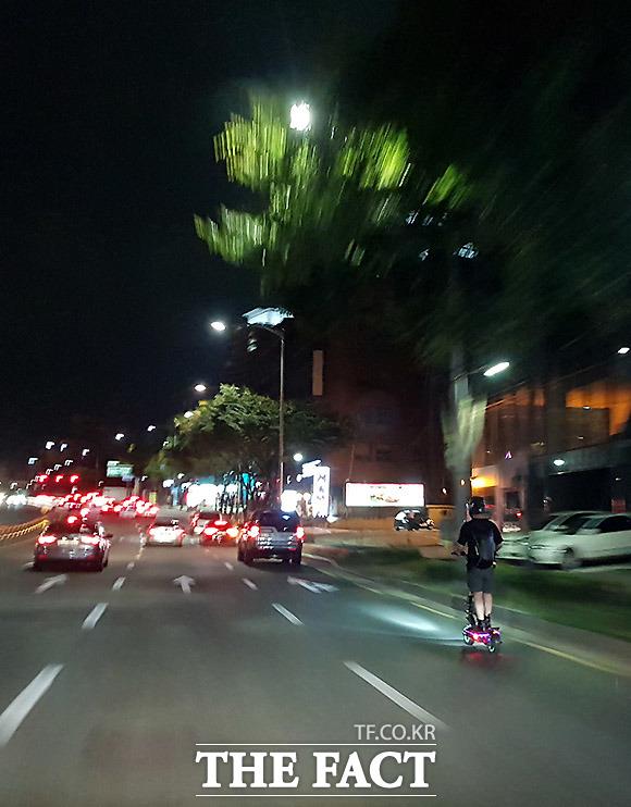 희미한 조명에 의지한 야간운행 16일 서울 서초구 예술의전당 앞 도로.