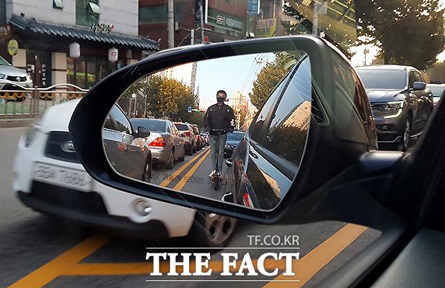 운전자 놀래키는 킥라니 지난해 11월 서울 동작구 이수역 부근에서 전동 킥보드를 탄 한 남성이 1차선으로 운행하고 있다. 운전자들은 이런 전동 킥보드를 고라니처럼 불쑥 튀어나오는 상황을 비판해 킥라니라고 부른다.