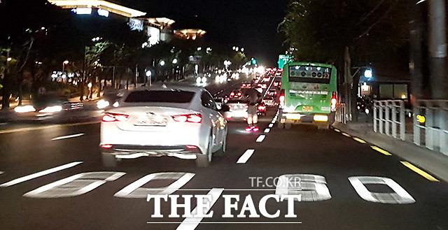 아슬아슬 야간 운행 16일 서울 서초구 예술의 전당 앞 도로에서 전동 킥보드를 탄 한 남성이 차량들 사이를 비집고 들어가며 운행을 하고 있다.