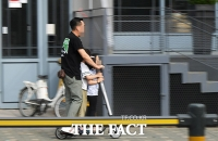 [TF포토기획] '셋이 타고 역주행까지'...도로는 전동 킥보드 '무법지대'