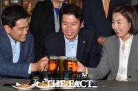 [TF포토] 맥주잔 맞댄 여야 원내대표… '국회 정상화 될까?'