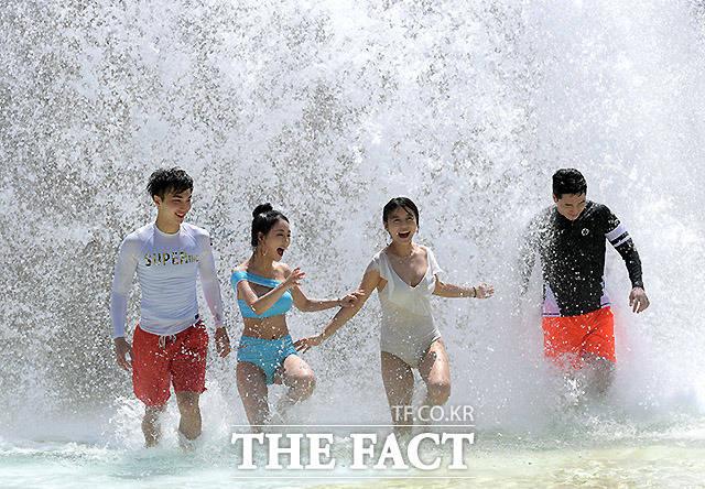 21일 강원도 홍천군 대명 비발디파크 오션월드에서 홍보 모델들이 물놀이를 즐기고 있다./홍천=이효균 기자