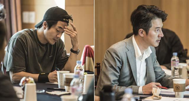 권상우(왼쪽)와 정준호가 영화 히트맨에 출연한다. 사진은 두 사람이 히트맨 대본 리딩을 하고 있는 모습. /롯데엔터테인먼트 제공