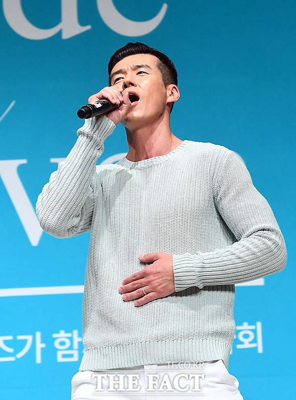 가수 션이 21일 오후 서울 강남구 GS타워 아모리스홀에서 열린 메이드 인 헤븐 바자회에서 멋진 무대를 펼치고 있다. /이동률 기자