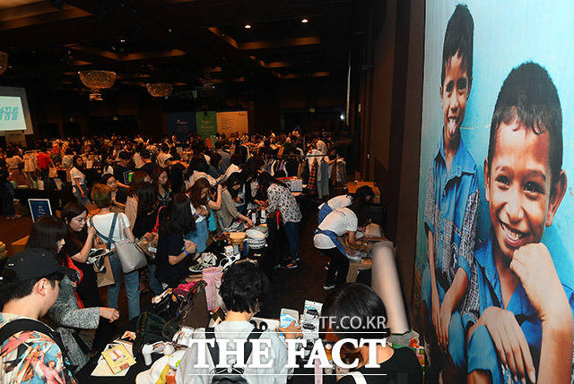 21일 오후 서울 강남구 GS타워 아모리스홀에서 메이드 인 헤븐 바자회가 열린 가운데 관람객들이 다양한 상품을 살펴보고 있다. /이동률 기자