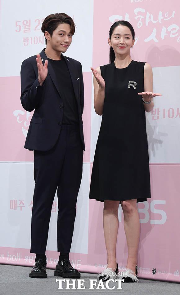 이번엔 상대역 김명수(왼쪽)와 함께