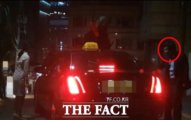 택시기사에게 택시비를 대신 내준 식당 주인이 양 원장이 택시를 타고 출발할 때까지 서서 지켜보고 있다./강남=허주열 기자