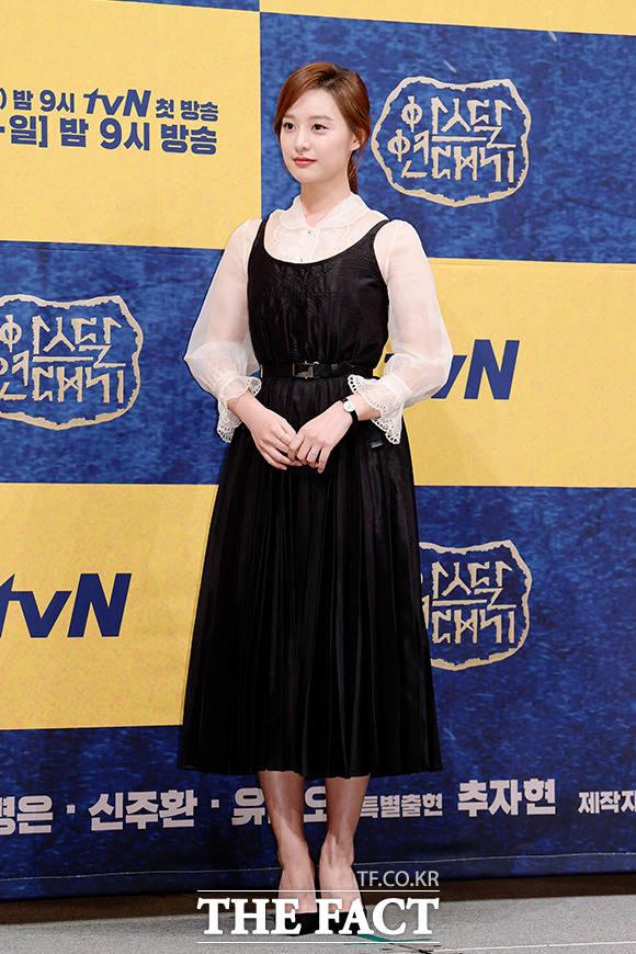 와한족의 씨족어머니 후계자, 탄야 역의 김지원