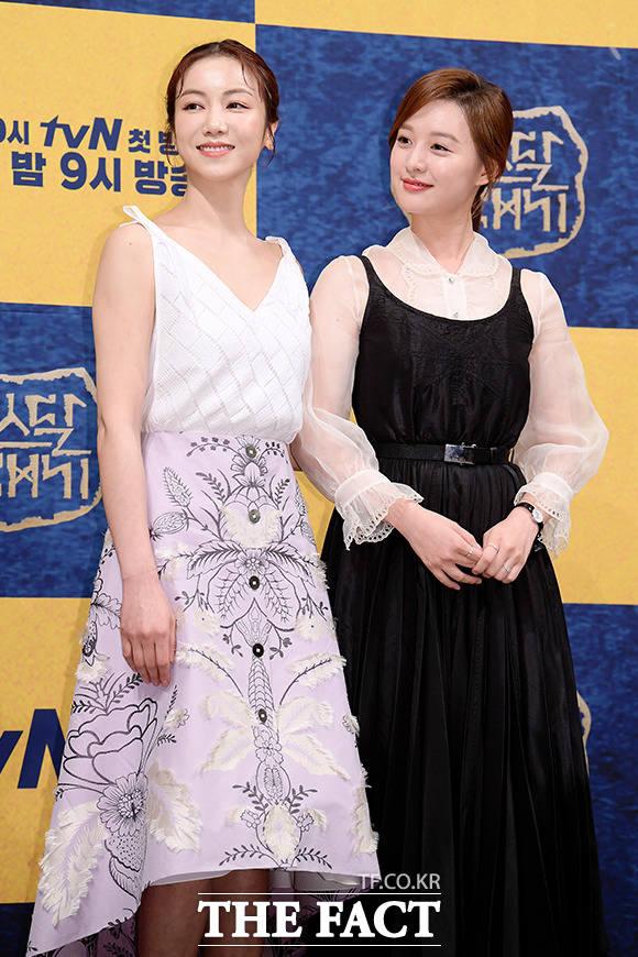 배우 김옥빈(왼쪽)과 김지원의 커플 포토타임~