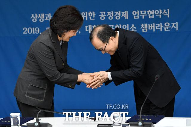 인사 나누는 박영선 장관과 문무일 총장