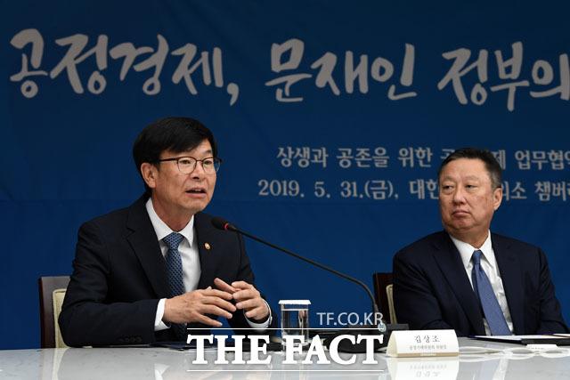 김상조 위원장(왼쪽)과 박용만 회장