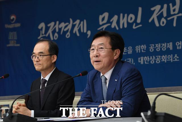 인사말 하는 김기문 중소기업중앙회 회장(오른쪽)