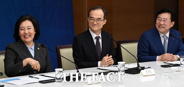 미소짓는 박영선 중소벤처기업부 장관, 문무일 검찰총장, 김기문 중소기업중앙회장(왼쪽부터)