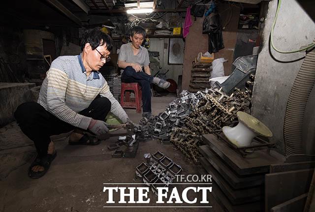 작업장을 찾아온 이웃이 김 사장과 대화를 나누며 잠시 휴식을 취하고 있다.