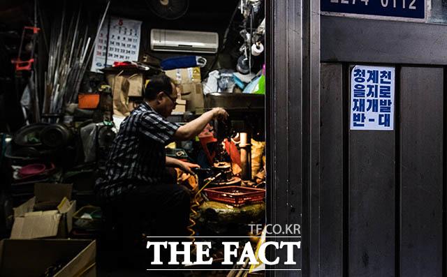 1985년부터 35년 동안 이곳을 지켜온 대성정밀 윤여관 사장이 작업에 열을 올리고 있다.