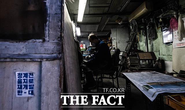 어둑한 작업장내에서 묵묵히 일을 하고 있는 경인빠우 박홍종 사장.