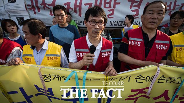 신아주물의 김학률 사장이 기자회견에서 대표 발언을 하고 있다. 김 사장은 발언 도중 눈시울을 붉혔다.