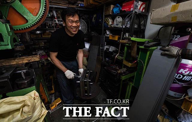 미소가 보기 좋은 광신공업 이영건 사장이 작업 도중 기자를 보며 활짝 웃고 있다.