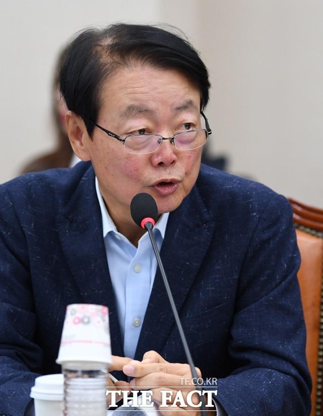 사무처 직원들에게 폭언·욕설을 해 구설에 올랐던 한선교 자유한국당 사무총장이 이번엔 기자들을 향한 막말로 논란에 휩싸였다./이새롬 기자