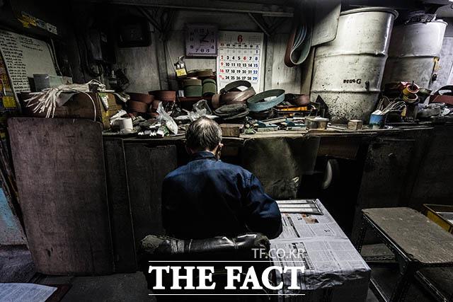 말 한마디 나눌 사람은 없지만 오늘도 묵묵히 작업대에 앉은 박 사장.