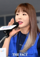 [TF포토] '행복공감 봉사활동 참석한 홍진영'