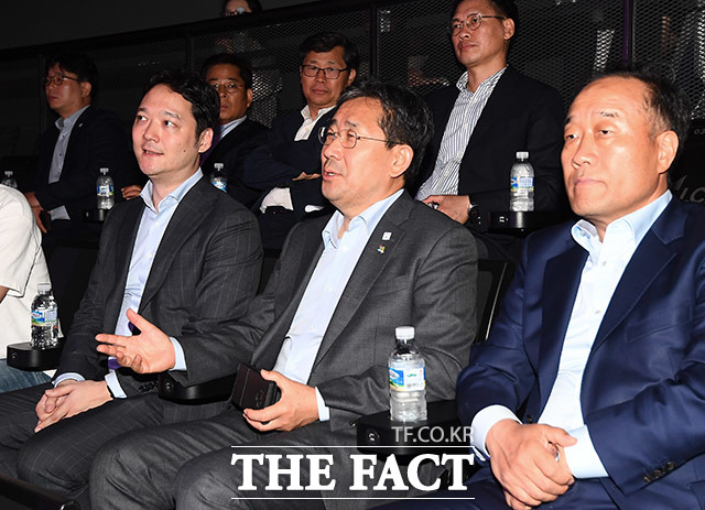 박양우 문화체육부 장관(가운데)이 5일 오후 서울 종로구 그랑서울 롤파크 아레나에서 열린 2019 리그 오브 레전드 챔피언스 코리아(LCK) 서머 개막전에 참석해 경기를 지켜보고 있다. /이동률 기자